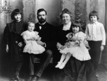 220px-Ernest_Hemingway_with_Family,_1905